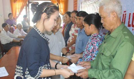 220 suat qua den voi nguoi dan vung lu Quang Tri - Anh 1
