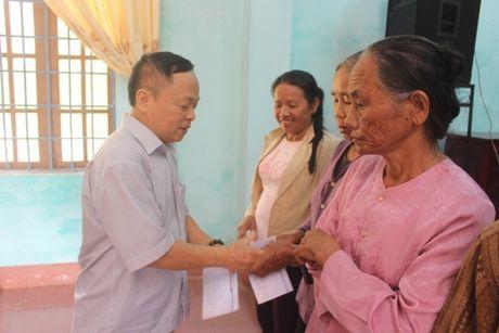 220 suat qua den voi nguoi dan vung lu Quang Tri - Anh 2