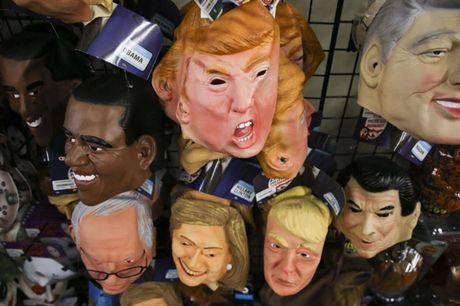 Mat na Trump 'chay hang', duoc yeu thich hon mat na Clinton trong dip Halloween 2016 - Anh 2