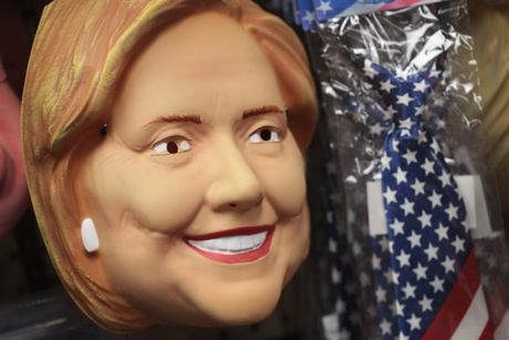 Mat na Trump 'chay hang', duoc yeu thich hon mat na Clinton trong dip Halloween 2016 - Anh 5