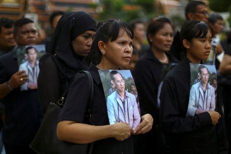 'Bien nguoi' do ve Hoang cung vieng linh cuu Nha Vua Thai Lan - Anh 11