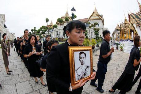 'Bien nguoi' do ve Hoang cung vieng linh cuu Nha Vua Thai Lan - Anh 2