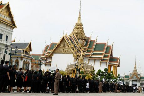 'Bien nguoi' do ve Hoang cung vieng linh cuu Nha Vua Thai Lan - Anh 4
