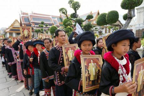 'Bien nguoi' do ve Hoang cung vieng linh cuu Nha Vua Thai Lan - Anh 5
