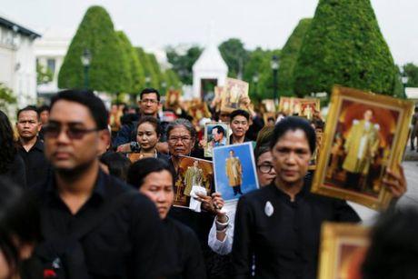 'Bien nguoi' do ve Hoang cung vieng linh cuu Nha Vua Thai Lan - Anh 7