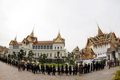 'Bien nguoi' do ve Hoang cung vieng linh cuu Nha Vua Thai Lan - Anh 8