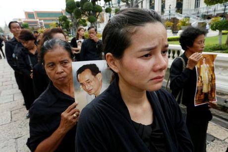 'Bien nguoi' do ve Hoang cung vieng linh cuu Nha Vua Thai Lan - Anh 9