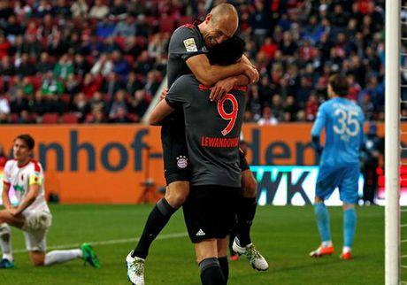 Bayern lai khien Augsburg om han, Dortmund 'tu ban vao chan' - Anh 1