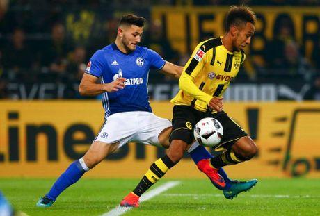 Bayern lai khien Augsburg om han, Dortmund 'tu ban vao chan' - Anh 2