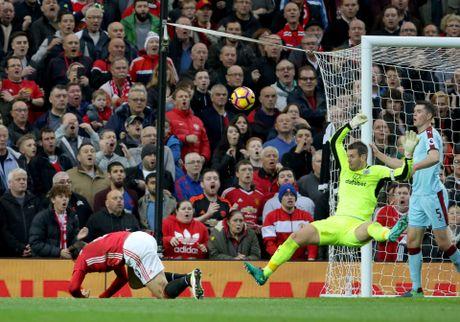 Nguoi hung cua Burnley: Zlatan Ibrahimovic suyt lam gay tay toi - Anh 2