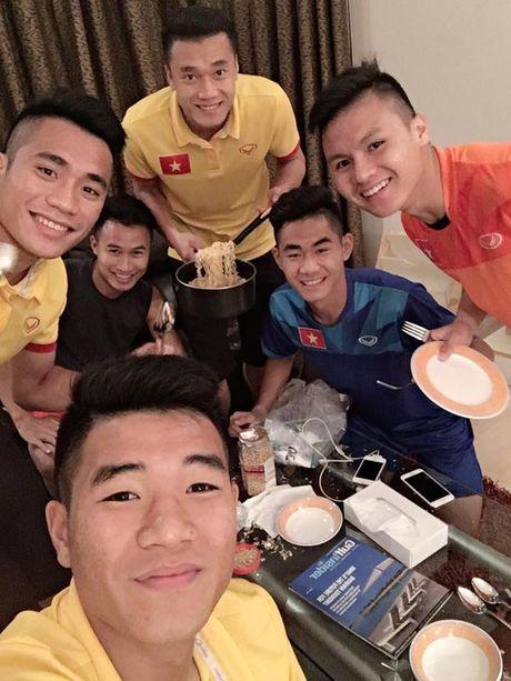 U19 Viet Nam to chuc 'tiec mi tom' truoc khi roi Bahrain - Anh 11