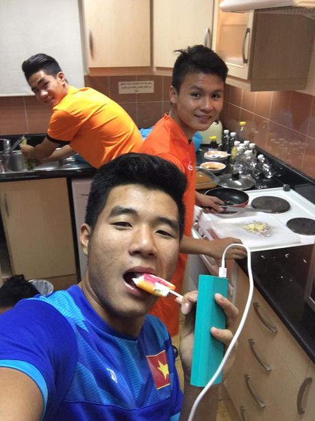 U19 Viet Nam to chuc 'tiec mi tom' truoc khi roi Bahrain - Anh 5