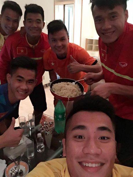 U19 Viet Nam to chuc 'tiec mi tom' truoc khi roi Bahrain - Anh 9