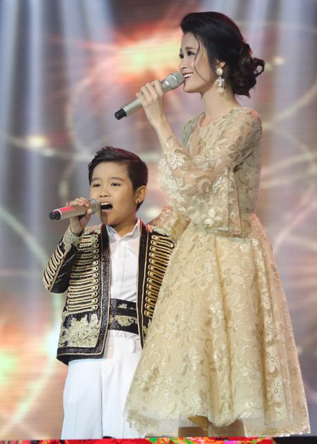 Cau be me cheo Nhat Minh dang quang Quan quan 'Giong hat Viet nhi 2016' - Anh 11