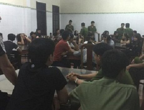 Ha Tinh: Bat 34 doi tuong, thu 2 khau sung va 300 trieu tren chieu bac - Anh 1