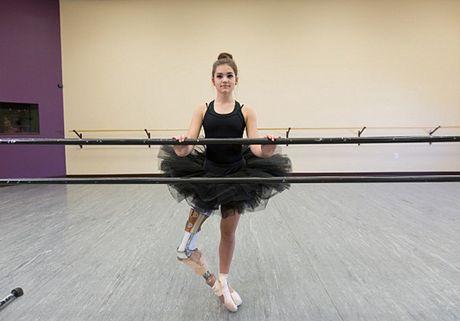Nghi luc phi thuong cua vu cong ballet voi cang chan gia - Anh 3