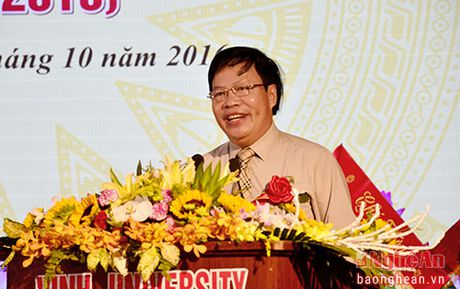 Bo truong Bo GD&DT tang bang khen cho Khoa Giao duc Chinh tri, DH Vinh - Anh 2