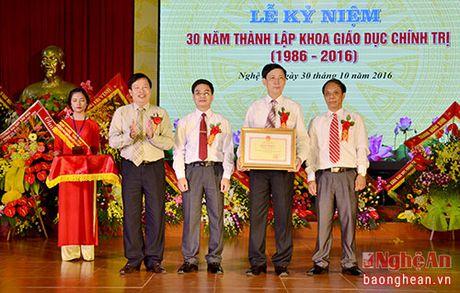 Bo truong Bo GD&DT tang bang khen cho Khoa Giao duc Chinh tri, DH Vinh - Anh 3