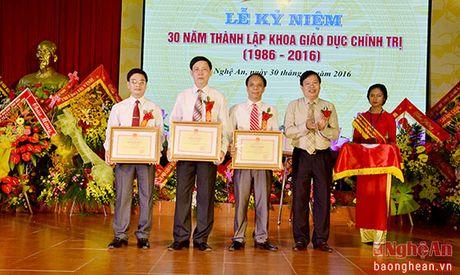 Bo truong Bo GD&DT tang bang khen cho Khoa Giao duc Chinh tri, DH Vinh - Anh 4