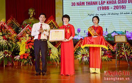 Bo truong Bo GD&DT tang bang khen cho Khoa Giao duc Chinh tri, DH Vinh - Anh 5