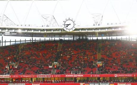Nhung chiec ghe trong tai Emirates va con dau dau cua Arsenal - Anh 1