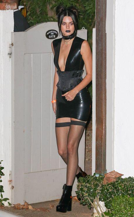 Kendall, Kylie Jenner hoa than ma nu goi cam dem Halloween - Anh 1
