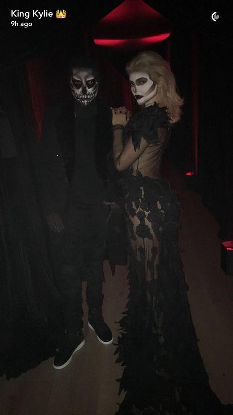 Kendall, Kylie Jenner hoa than ma nu goi cam dem Halloween - Anh 4