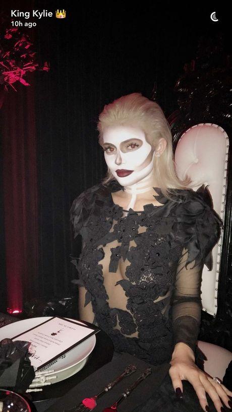 Kendall, Kylie Jenner hoa than ma nu goi cam dem Halloween - Anh 5