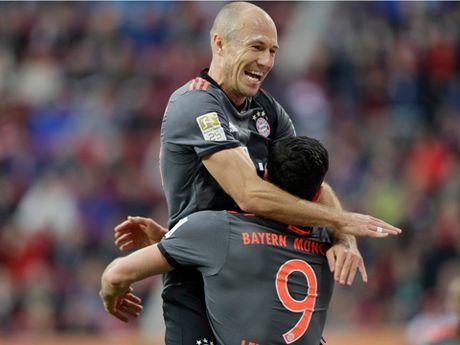 Lewandowski cham dut con khat ban, Bayern lai thang de - Anh 1
