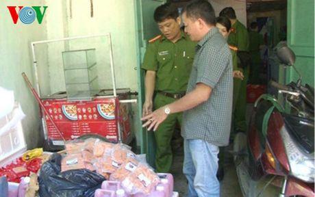 Phat hien co so ban thuc pham khong ro nguon goc cho hoc sinh - Anh 1