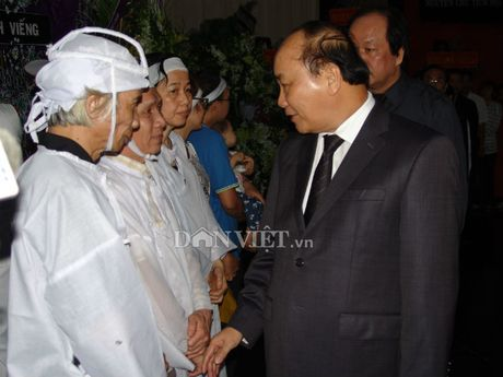 Doan dai bieu TU Hoi NDVN vieng le tang dong chi Nguyen Van Chinh - Anh 4