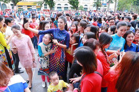 HH Do My Linh dien ao dai nhay flashmob o Ho Guom - Anh 10