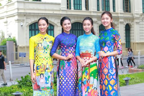 HH Do My Linh dien ao dai nhay flashmob o Ho Guom - Anh 1