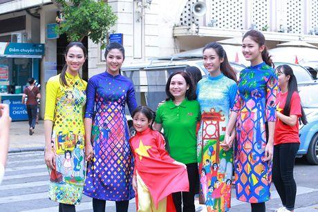 HH Do My Linh dien ao dai nhay flashmob o Ho Guom - Anh 2