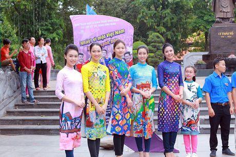 HH Do My Linh dien ao dai nhay flashmob o Ho Guom - Anh 3
