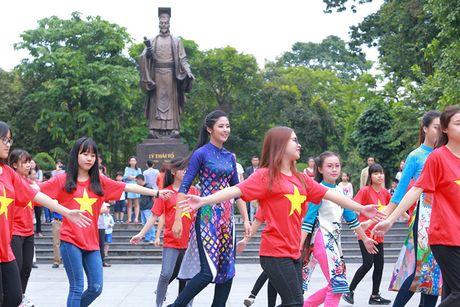 HH Do My Linh dien ao dai nhay flashmob o Ho Guom - Anh 5