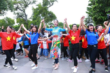 HH Do My Linh dien ao dai nhay flashmob o Ho Guom - Anh 6