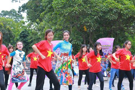 HH Do My Linh dien ao dai nhay flashmob o Ho Guom - Anh 7