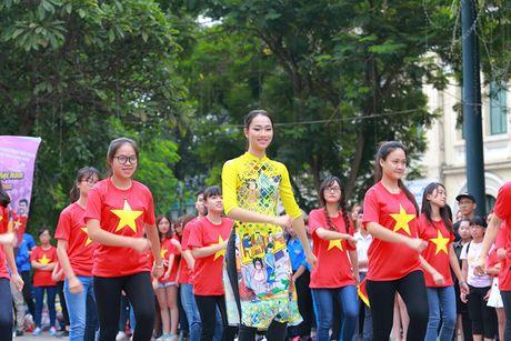 HH Do My Linh dien ao dai nhay flashmob o Ho Guom - Anh 8