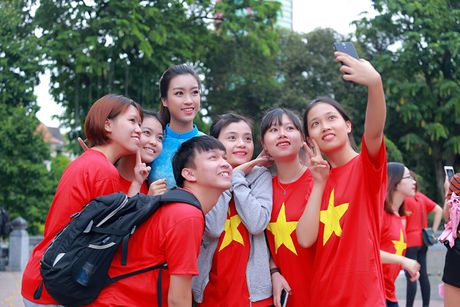 HH Do My Linh dien ao dai nhay flashmob o Ho Guom - Anh 9