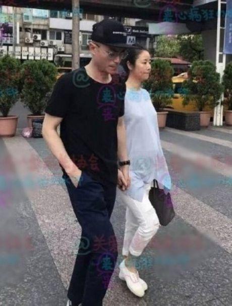 Lam Tam Nhu lo ro bung bau khi di mua sam voi chong - Anh 1