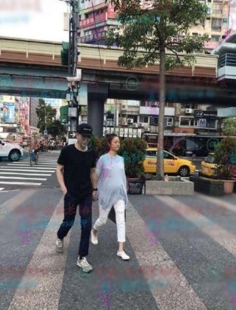 Lam Tam Nhu lo ro bung bau khi di mua sam voi chong - Anh 2