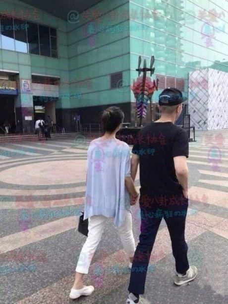 Lam Tam Nhu lo ro bung bau khi di mua sam voi chong - Anh 4