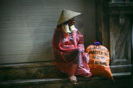 Lao dong ngheo co ro muu sinh trong gio lanh dau mua - Anh 1