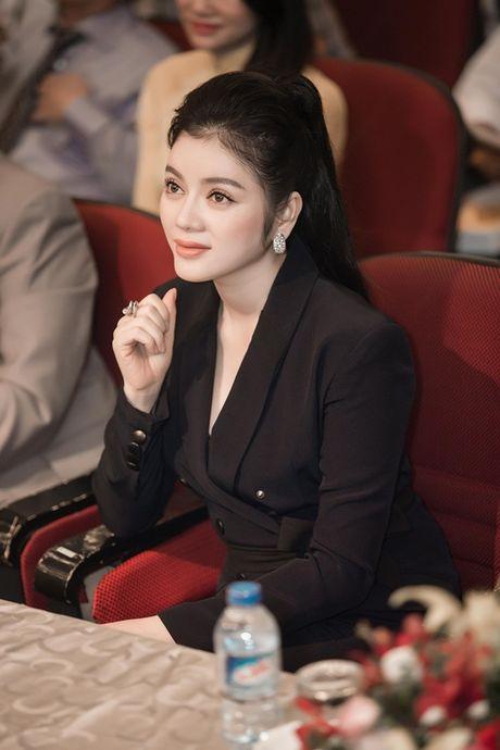 Chi dien trang phuc don sac, Ly Nha Ky van dep noi bat giua cac doanh nhan - Anh 3
