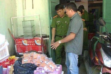 Bat giu so luong lon do an ban ban cho hoc sinh an - Anh 1