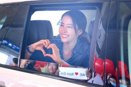Nam Em vat va dua 11 vali hanh ly ve Viet Nam sau Miss Earth 2016 - Anh 15