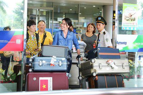 Nam Em vat va dua 11 vali hanh ly ve Viet Nam sau Miss Earth 2016 - Anh 2