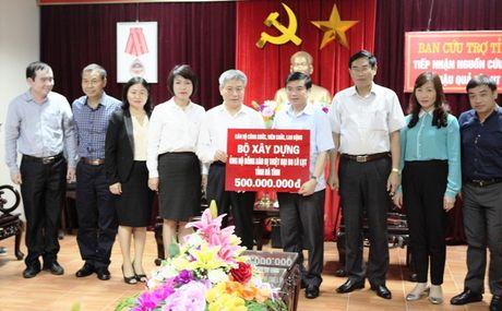 Thu truong Bui Pham Khanh trao qua ung ho dong bao lu lut mien Trung - Anh 1