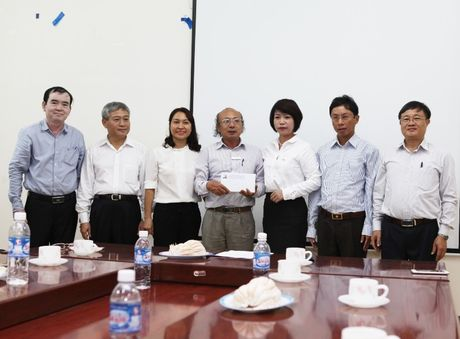 Thu truong Bui Pham Khanh trao qua ung ho dong bao lu lut mien Trung - Anh 2